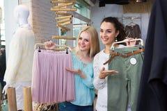Filles choisissant des vêtements Photographie stock libre de droits