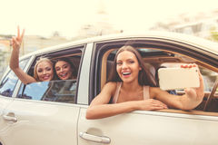 Filles conduisant la voiture Image libre de droits