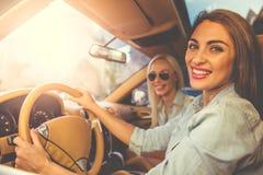 Filles conduisant la voiture Photos libres de droits