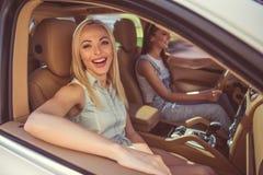 Filles conduisant la voiture Image stock