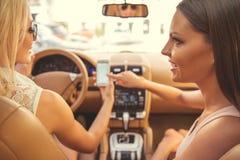 Filles conduisant la voiture Photo libre de droits