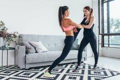 Filles convenables préparant la séance d'entraînement de jambes La jambe épuisant la femme de forme physique d'exercice faisant l Image stock