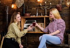 Filles détendant et buvant du vin chaud Amis dans des équipements occasionnels ayant l'amusement tout en célébrant avec du vin, e Photographie stock