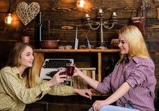 Filles détendant et buvant du vin chaud Les amis sur les visages de sourire dans le plaid vêtx la célébration Amis dans occasionn Photographie stock