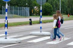 Filles d'école sur le carrefour de zèbre Image stock