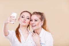 Filles d'étudiant d'amis prenant la photo d'individu avec le téléphone intelligent Images libres de droits