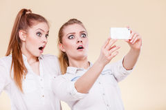 Filles d'étudiant d'amis prenant la photo d'individu avec le téléphone intelligent Photos libres de droits