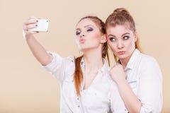 Filles d'étudiant d'amis prenant la photo d'individu avec le téléphone intelligent Images stock