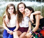 Filles d'étudiants ayant l'amusement Photographie stock libre de droits