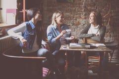 filles d'étudiants s'asseyant en café et ayant des convers drôles Photographie stock libre de droits