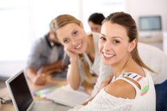 Filles d'étudiants travaillant dans l'ordinateur portable Photo stock