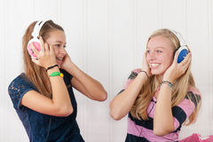 Filles d'adolescent avec des écouteurs Image libre de droits