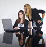 Filles d'adolescent d'affaires travaillant à la table noire Image libre de droits