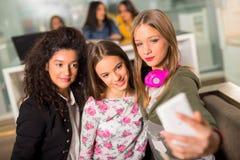 Filles d'adolescent traînant ensemble Photos stock