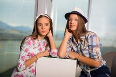 Filles d'adolescent traînant ensemble dans un café Photo libre de droits