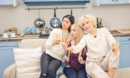 Filles d'amis ayant la partie à la maison Image libre de droits
