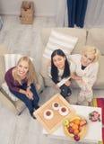Filles d'amis ayant la partie à la maison Photo libre de droits