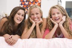 filles d'amusement ayant d'adolescent Photo stock