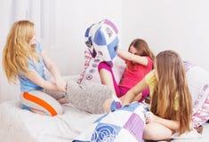 filles d'amusement ayant d'adolescent Image stock