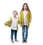 Filles d'enfant de mêmes parents, vêtements assortis, d'isolement sur le fond blanc Image libre de droits