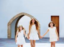 Filles d'enfant marchant main dans la main village méditerranéen Photos libres de droits