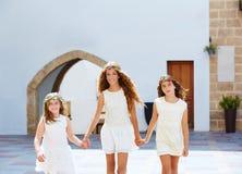 Filles d'enfant marchant main dans la main village méditerranéen Photographie stock libre de droits