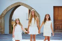 Filles d'enfant marchant main dans la main village méditerranéen Photo stock