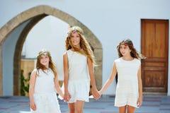 Filles d'enfant marchant main dans la main village méditerranéen Photos stock