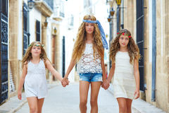 Filles d'enfant marchant main dans la main ville méditerranéenne Photo libre de droits