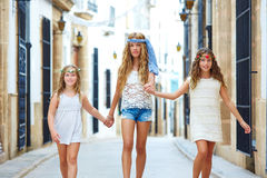 Filles d'enfant marchant main dans la main ville méditerranéenne Photo stock