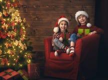 Filles d'enfants avec le présent Photographie stock libre de droits
