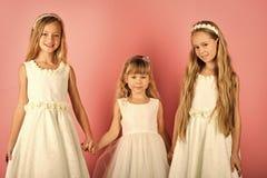 Filles d'enfants dans la robe, la famille et les soeurs les enfants embrassent, des soeurs et des amis Image libre de droits