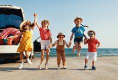 Filles d'enfants de groupe et d'amis heureux sur le tour de voiture au voyage d'?t? image libre de droits
