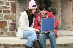 Filles d'université à l'extérieur avec l'ordinateur portatif Images stock