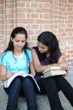 Filles d'université indiennes faisant l'étude combinée. Images stock