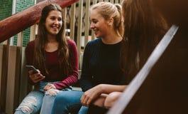 Filles d'université sur le campus pendant la coupure image libre de droits