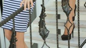Filles dans des chaussures descendant les escaliers clips vidéos
