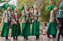 Filles dans des costumes géorgiens traditionnels jouant sur l'étape de la partie le jour de ville Photos libres de droits