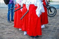 Filles dans des costumes samouraïs rouges au festival photos stock