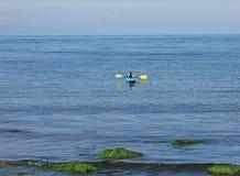 Filles dans des kayaks en mer d'Irlande chez Cushendun Co Antrim Irlande du Nord image stock