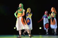 Filles dans des poupées de costume dansant sur l'étape Photo stock
