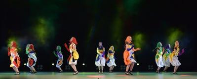 Filles dans des poupées de costume dansant sur l'étape Image libre de droits