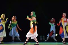 Filles dans des poupées de costume dansant sur l'étape Photographie stock