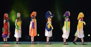 Filles dans des poupées de costume dansant sur l'étape Photos stock
