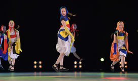 Filles dans des poupées de costume dansant sur l'étape Images stock