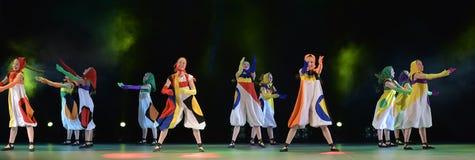Filles dans des poupées de costume dansant sur l'étape Photos libres de droits