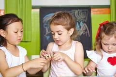 Filles dans jouer de jardin d'enfants Photo libre de droits