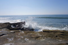 Filles dans l'éclaboussure des vagues Photos stock