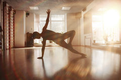 Filles dans la chambre de yoga photographie stock