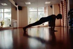 Filles dans la chambre de yoga images stock